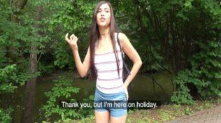 Piknik alanında sevgilisine orgazm yaşatıyor