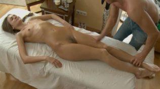Zayıf pornocu masaj yaptırırken uyuyor