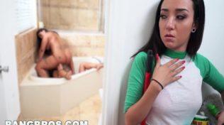 Azgın sürtükler banyoda oral sex yapıyorlar